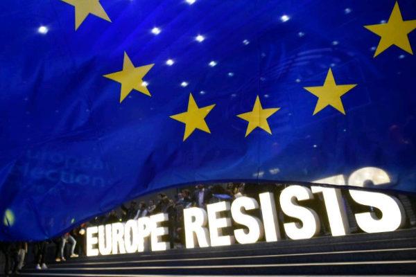 """Un grupo de gente sostiene la frase """"Europa resiste"""", tras el anuncio de los resultados electorales, ayer, en Bruselas."""