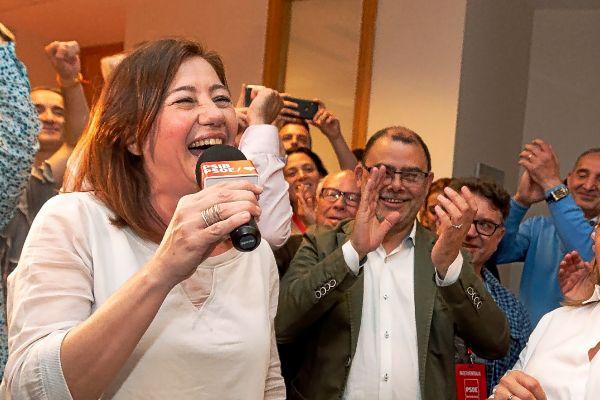 La dirigente del PSIB, Francina Armengol, exultante de alegría tras conocer los resultados electorales.