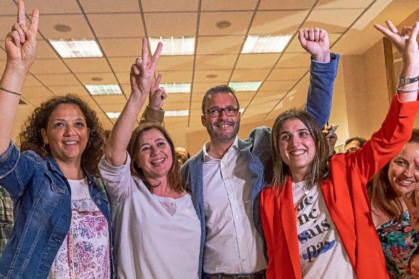 Catalina Cladera, Francina Armengol, José Hila y Alícia Homs, anoche, tras conocer la victoria del PSOE.