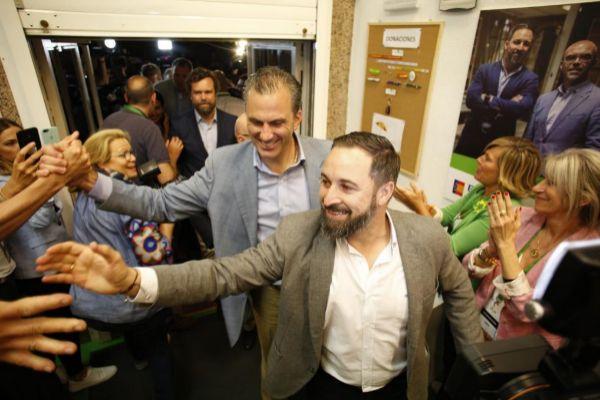 Dirigentes de Vox celebrando el resultado, con Abascal y Ortega Smith en primer plano e Iván Espinosa, detrás.