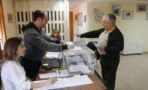 Un vecino de Fuentes de Ayódar, ejerciendo su derecho a voto.