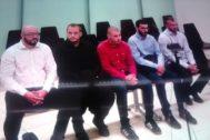 Captura del vídeo con los acusados en el banquillo