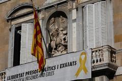 Torra vuelve a colgar el lazo amarillo en la Generalitat