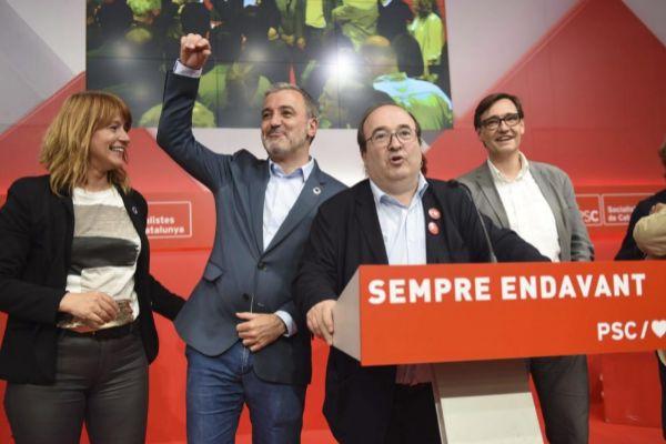 Miquel Iceta con Jaume Collboni, al fondo, durante la noche electoral