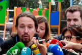 Pablo Iglesias, rodeado de periodistas, el domingo tras acudir a votar.