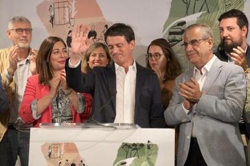 Imagen del candidato con su equipo tras el resultado de sus elecciones