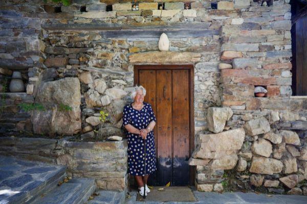'Charito' frente a la puerta de su casa en Patones de Arriba.