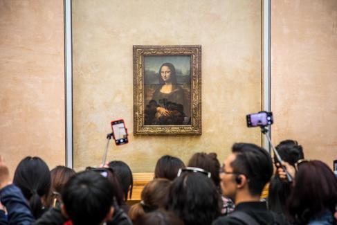 Visitantes admiran 'La Gioconda' de Leonardo da Vinci