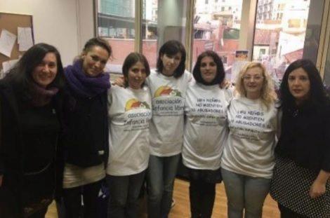 Las detenidas de Infancia Libre con miembros de Podemos en el Senado: María Sevilla (segunda por la derecha), Patricia González (en el centro) y Ana María Bayo (tercera por la izquierda).