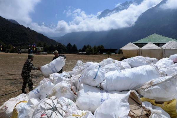 Montones de basura recolectada en el Everest por la expedición nepalí.