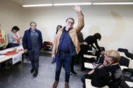 El candidato socialista de Alicante, Paco Sanguino, acompañado de Ángel Franco el día en el que ganó las primarias del PSOE.