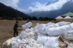 Cuatro cadáveres y 11 toneladas de basura recogidos en la limpieza del Everest