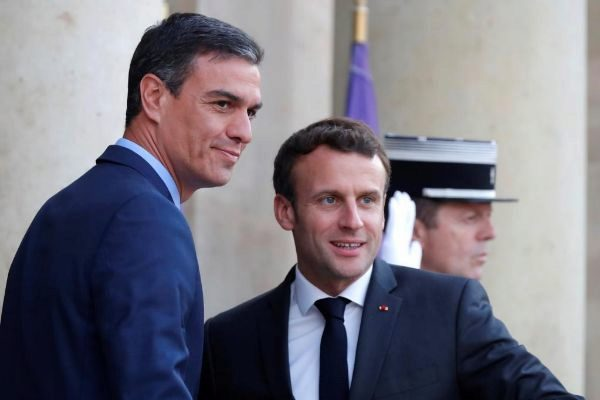 French President Emmanuel <HIT>Macron</HIT> welcomes Spanish Prime...