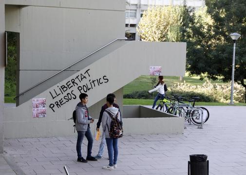 Pintadas y pancartas a favor de los políticos presos en la Universidad Autónoma de Barcelona.