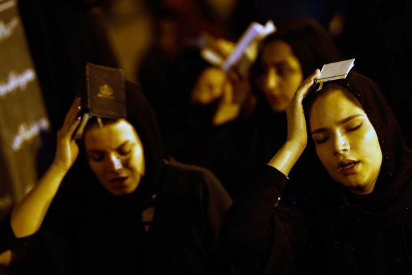 ABD41. Tehran (<HIT>Iran</HIT> (islamic Republic Of)), 26/05/2019.- Iranian Shiite Muslims women pray as they place the Koran, Islam's holy book, on their heads during a religious ceremony during the holy fasting month of Ramadan, at the Behesht-Zahra cemetery, in southern Tehran, <HIT>Iran</HIT>, 27 May 2019. Iranian Muslims spent the night in prayer until early in the morning commemorating Laylat Al Qadr (The Night of Power), which is the anniversary of the night that Muslims believe Prophet Muhammad received the first revelation of the Koran by the angel Gabriel. It is also said that is one of the odd nights of the last ten days of holy month of Ramadan and is better than 1,000 months of worship. Muslims believe that on this night until next morning, the blessings and mercy of Allah is abundant, sins are forgiven, supplications are accepted, and that the annual decree is revealed to the angels who also descend to earth. (Teherán) EPA/