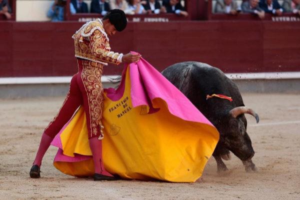 Lance a la verónica de Francisco de Manuel al tercer novillo de La Quinta, este lunes, en Las Ventas.