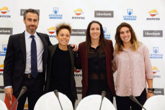 GRAF9197. MADRID.- El seleccionador nacional femenino de fútbol, <HIT>Jorge</HIT> <HIT>Vilda</HIT>; junto a las jugadoras: la mediapunta Amanda Sampedro (i); la centrocampista Silvia Meseguer (d); y la delantera Mariona Caldentey (d), durante un desayuno informativo.