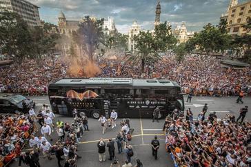 Miles de seguidores reciben al Valencia en la Plaza del Ayuntamiento de Valencia, donde el equipo ofreció la octava Copa a la ciudad