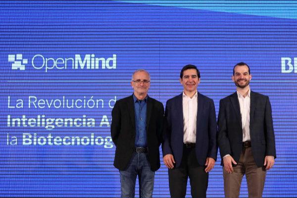 Ramón López de Mántaras, Carlos Torres Vila y Samuel Sternberg en la presentación del nuevo libro de la colección 'OpenMind'.
