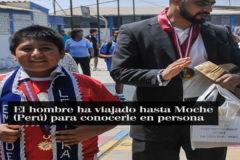 Un millonario ayuda al niño que hacía deberes bajo una farola en Perú