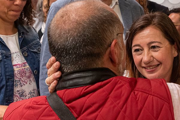 Armengol abraza a un militante bajo la mirada de José Hila y Cati Cladera tras conocer los resultados electorales.