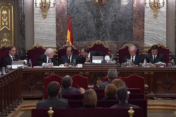 Los magistrados, hablando en una sesión del juicio al 'procés' en el Supremo.