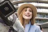 A Jessica Chastain le muerde el pecho un caballo