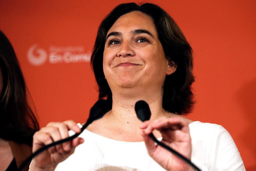 -FOTODELDIA- GRAF9392. BARCELONA.-La alcaldesa de Barcelona en funciones, Ada <HIT>Colau</HIT> y candidata a la reeleción por BComú, Ada <HIT>Colau</HIT> (d), valora ante los medios los resultados de las elecciones de ayer, momentos antes de entrar a la reunión que celebra la ejecutiva de Barcelona En Comú en la sede de la formación.
