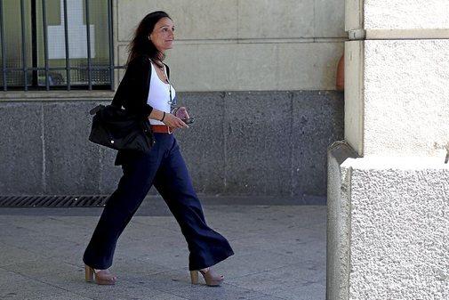 La juez María Núñez Bolaños, en la entrada de los juzgados del Prado de Sevilla.
