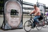 Detalle de los daños de un retrato de un superviviente del Holocausto.