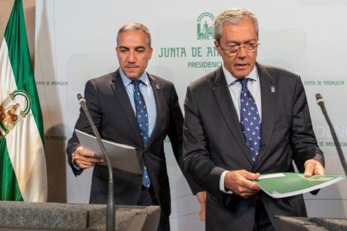 Los consejeros Elías Bendodo y Rogelio Velasco, este martes.