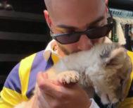Maluma, con una cría de león, imagen que ha generado multitud de críticas.
