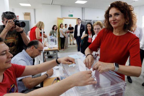 La ministra de Hacienda, María Jesús Montero, ejerce su derecho a voto en las elecciones del pasado fin de semana.
