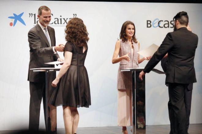 Los Reyes de España, Don Felipe y Doña Letizia hacen entrega de la beca a dos estudiantes.