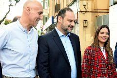 El ministro de Fomento en funciones, José Luis Ábalos (c), acompañado por la candidata del PSOE de León a las Cortes Nuria Rubio (d) y el candidato a la alcaldía, José Antonio Diez (i), a su llegada al acto electoral celebrado hoy en la capital leonesa.