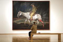 Una mujer contempla una de las obras de Zuloaga