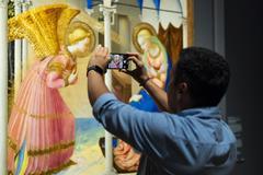 Un visitante fotografía 'La Anunciación' de Fra Angelico en el Prado.