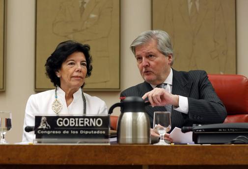Isabel Celaá y su predecesor, Íñigo Méndez de Vigo, en el Congreso.