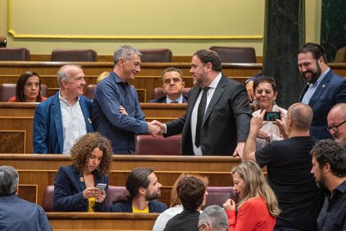 Oscar Matute saluda a Oriol Junqueras en el Congreso de los Diputados