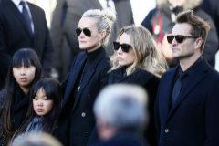 Laetitia, viuda del cantante (la rubia de la izquierda), juntos a los dos hijos mayores de Hallyday y las dos hijas que adoptó con él.