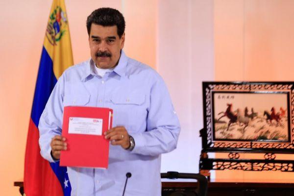 """AME6820. CARACAS (VENEZUELA), 27/05/2019.- Fotografía cedida por prensa de Miraflores que muestra al presidente Venezuela, Nicolás <HIT>Maduro</HIT>, mientras participa en un acto del Partido Socialista Unido de Venezuela (PSUV) este lunes, en Caracas (Venezuela). <HIT>Maduro</HIT>, reiteró este lunes que un grupo de representantes de su Gobierno se encuentra en Oslo, Noruega, para conversar """"todos los temas"""" con """"la oposición extremista"""" en un nuevo intento de diálogo político para buscar salidas a la crisis del país.   NO VENTAS SOLO USO EDITORIAL"""