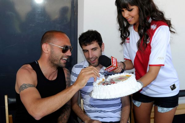 Raúl Bravo probando un poco de la tarta que le ofrece Cristina Pedroche