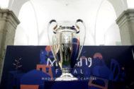 GRAF9634. MADRID.- Vista de la Copa de Europa que se expone en la oficina de Turismo de Madrid en la Plaza Mayor, como prólogo de la final de la Liga de Campeones, que disputarán el Tottenham Hotspur y el Liverpool el sábado a las 21.00 en el estadio <HIT>Wanda</HIT> Metropolitano.-EFE/