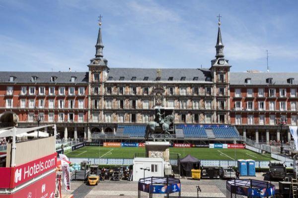 Campo de fútbol-7 instalado en la Plaza Mayor de Madrid por la final de la Champions