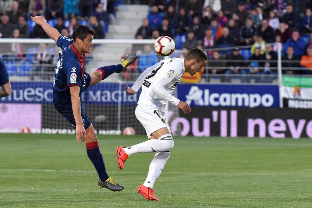 Mantovani (i) y Rodrigo, durante el Huesca - Valencia investigado.