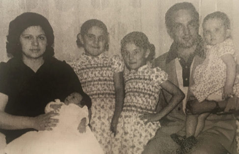 Francisco Ruiz, su mujer y sus cuatro hijas mayores, poco antes del atentado.