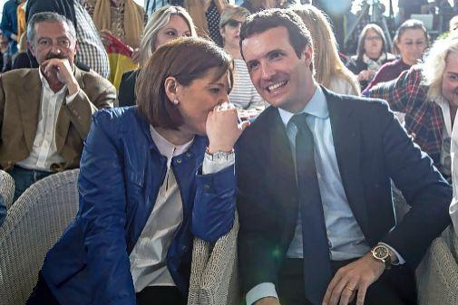 Isabel Bonig charla con Pablo Casado durante un acto de la pasada campaña.
