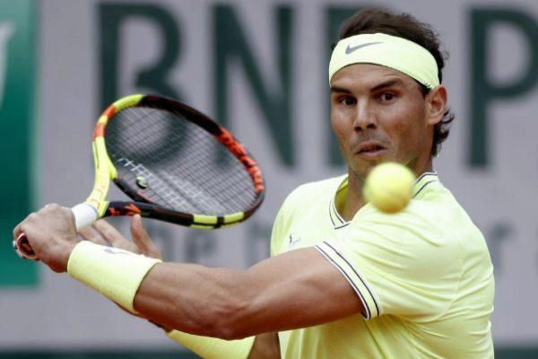 EPA4253. PARÍS (FRANCIA).- El tenista español <HIT>Rafa</HIT> <HIT>Nadal</HIT> devuelve una bola al alemán Yannick Hanfmann durante su partido de primera ronda correspondiente al torneo de Roland Garros, este lunes en París (Francia).