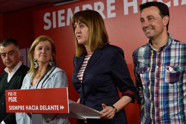 Idoia Mendia con otros líderes del PSE en la noche electoral,