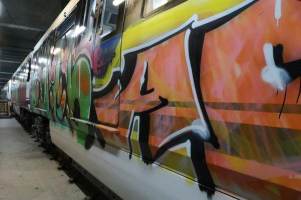 Un vagón de Metro con grafitis.